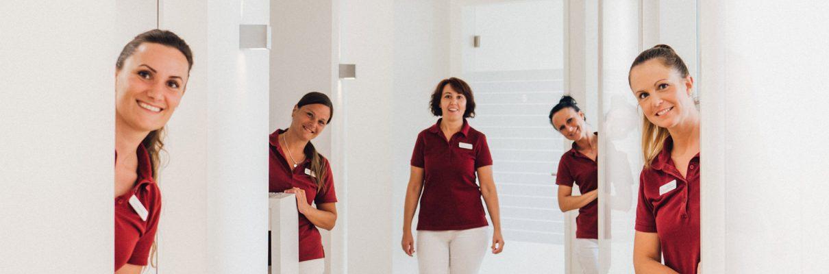 Zahnmedizinische Fachangestellte des Zahnzentrums Porta Westfalica im Flur