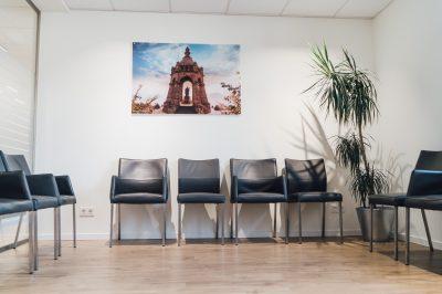 Wartezimmer der Praxis mit großem Panoramabild vom Kaiser Wilhelm