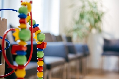 Wartezimmer der Praxis mit Spielecke in Porta Westfalica